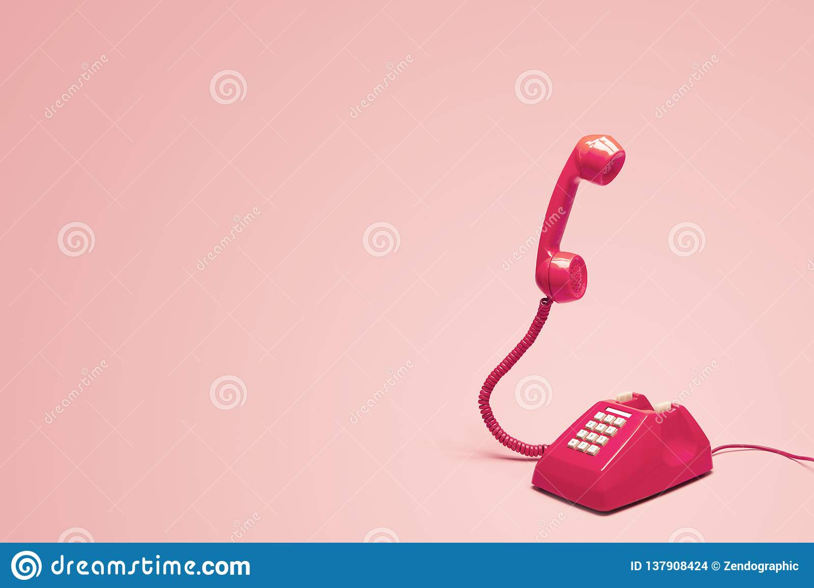 Retro rosa telefon på retro rosa bakgrund