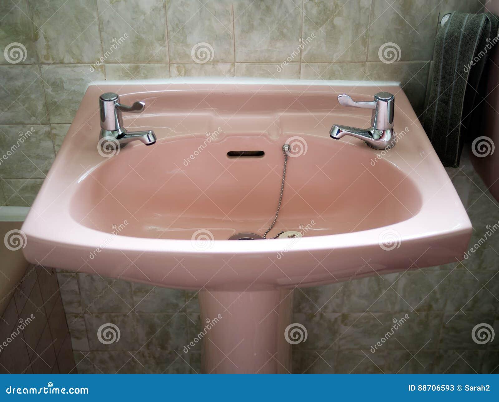 Retro Rosa Wanne Im Grunen Badezimmer Stockbild Bild Von Fliesen