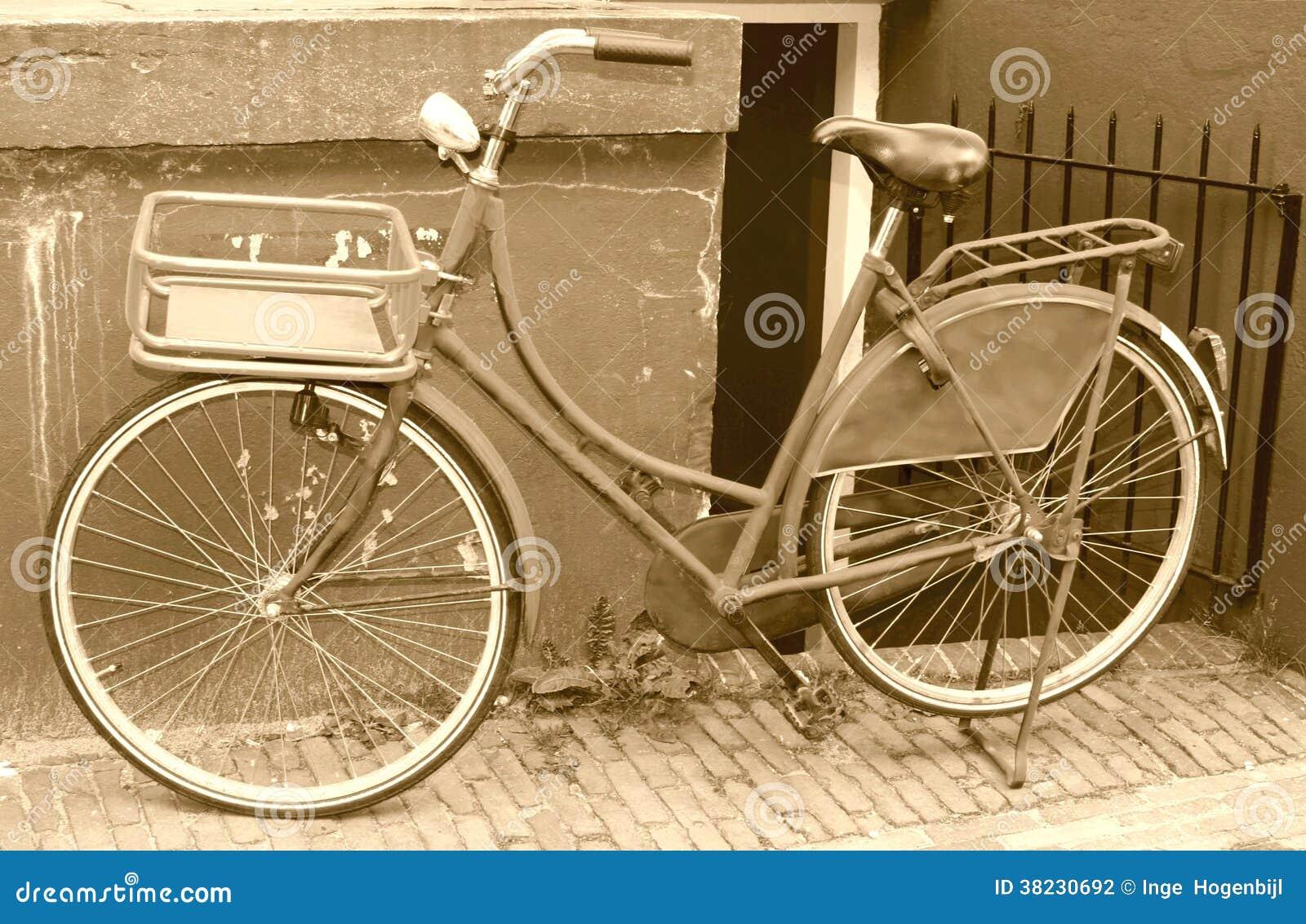 Retro rower przeciw grungy ścianie, Amsterdam, holandie