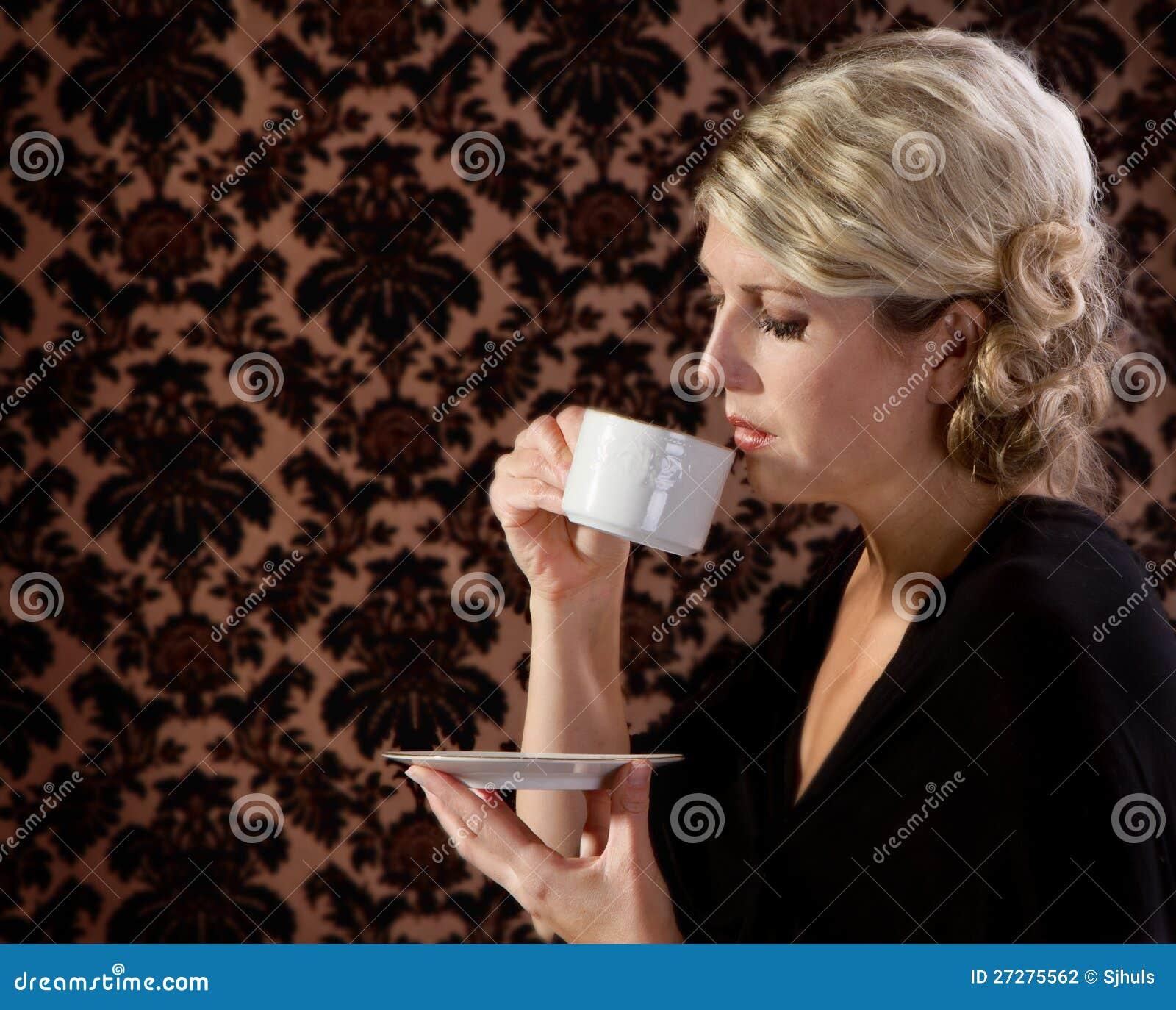 Retro seende dricka tea eller kaffe för kvinna