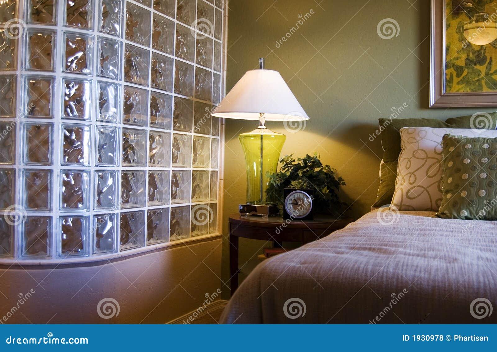 Warme rustieke slaapkamer royalty vrije stock afbeelding ...