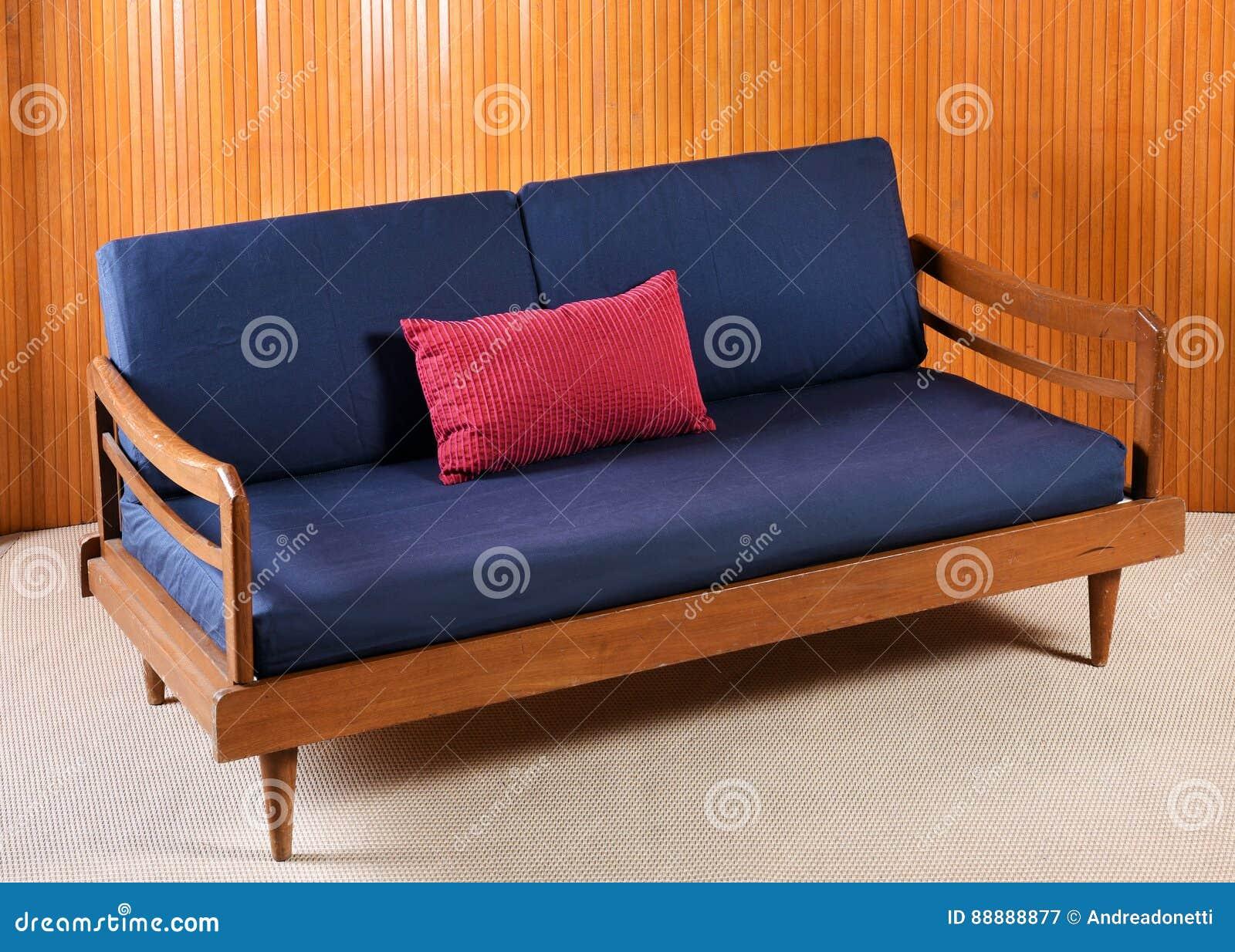 Hoher Winkel Stillleben Ansicht Des Weinlese Hölzernen Sofas Mit  Marine Blau Und Rot Kissen Im Wohnzimmer Mit Beige Teppich Und Holz Wand  Täfelung