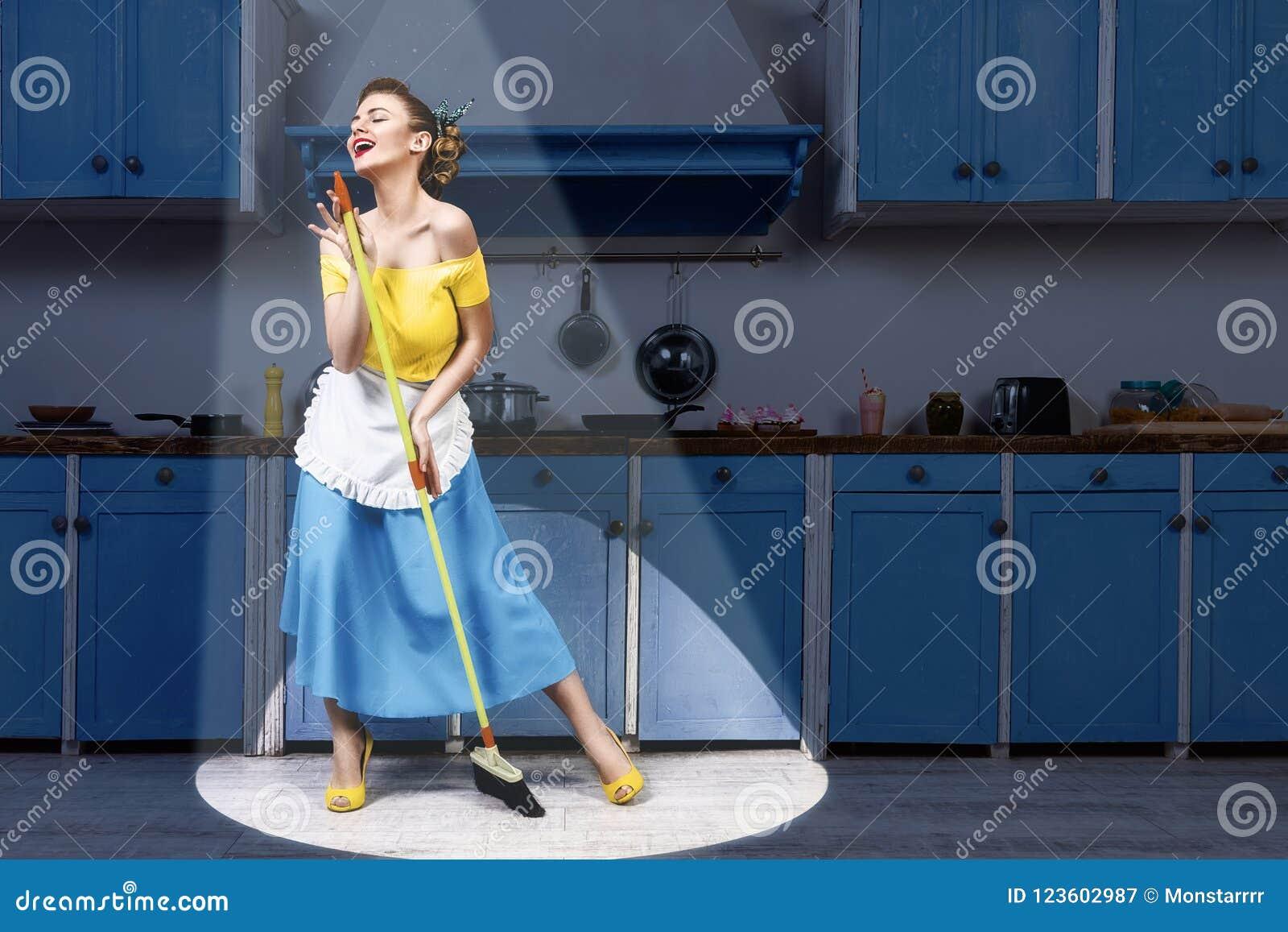 Retro speld op en zwabber die van de vrouwenholding zingen de schoonmaken