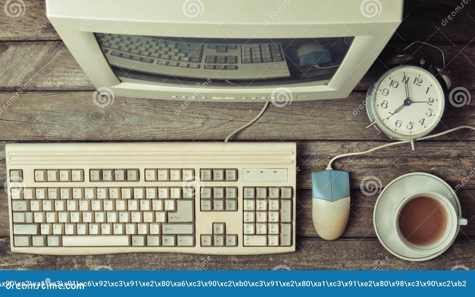 Retro stacjonarny komputer na nieociosanym drewnianym biurku, rocznika workspace Monitor, klawiatura, komputerowa mysz, odgórny w