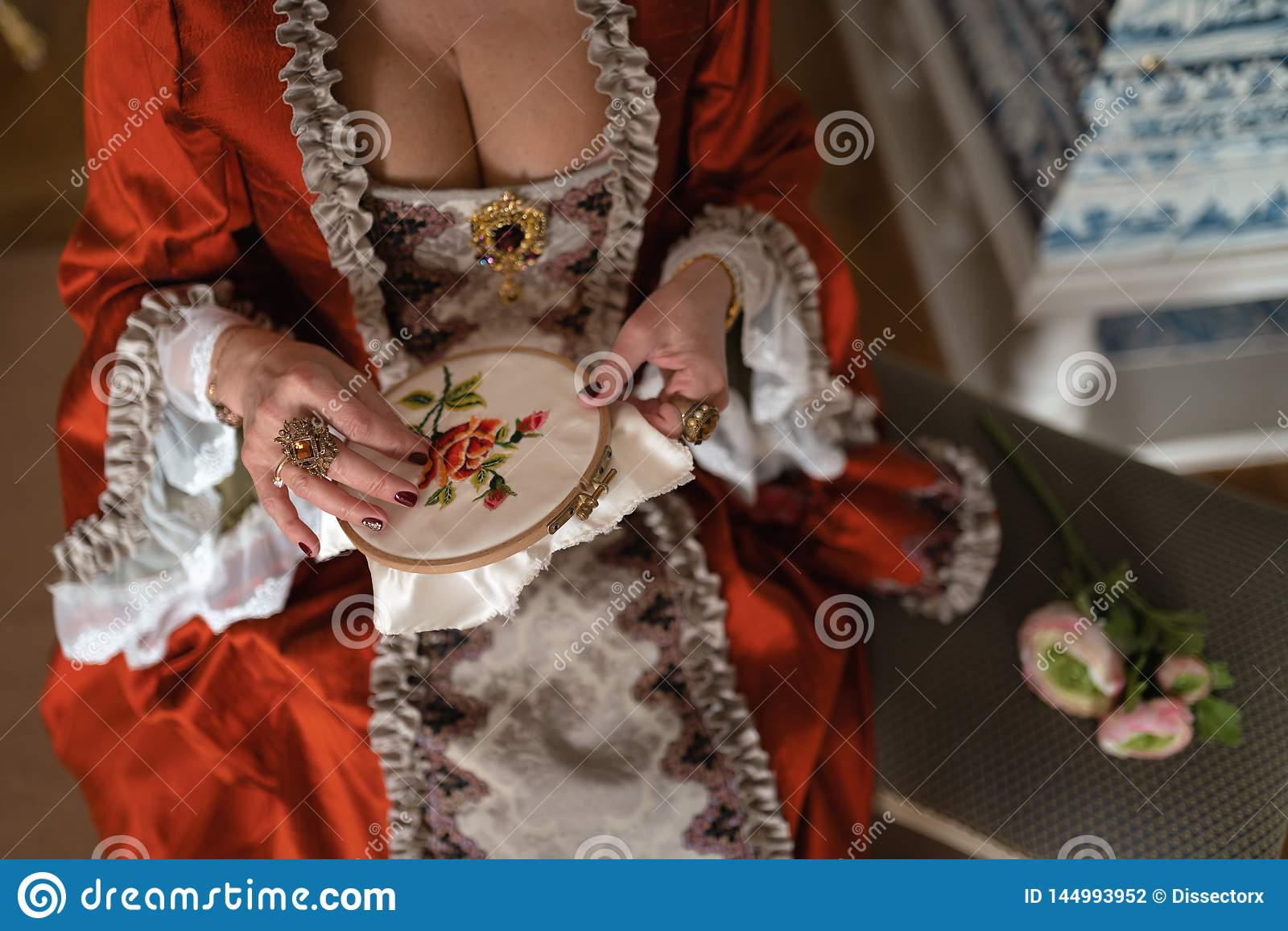 Retro stijl koninklijke middeleeuwse bal - het Majestueuze paleis met schitterende mensen kleedde zich in koning en van de koning