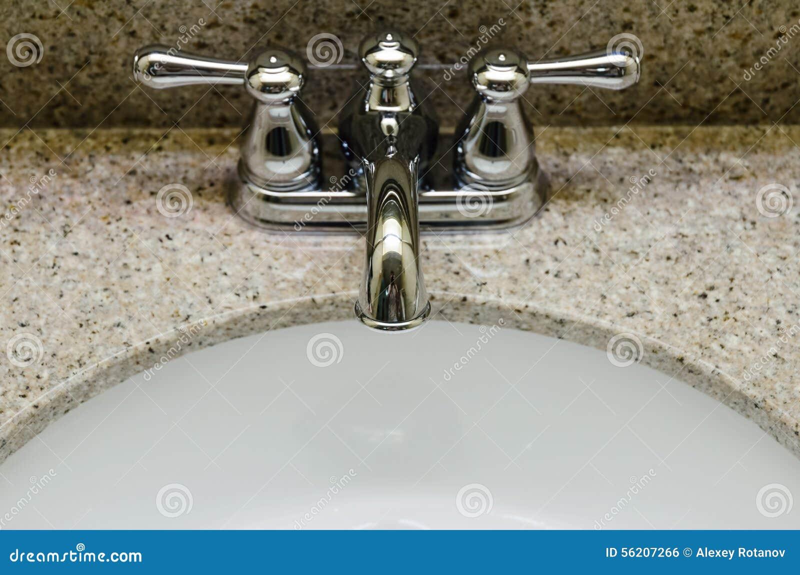 Retro stilchrome vattenkran och gammal vask i badrum arkivfoto ...