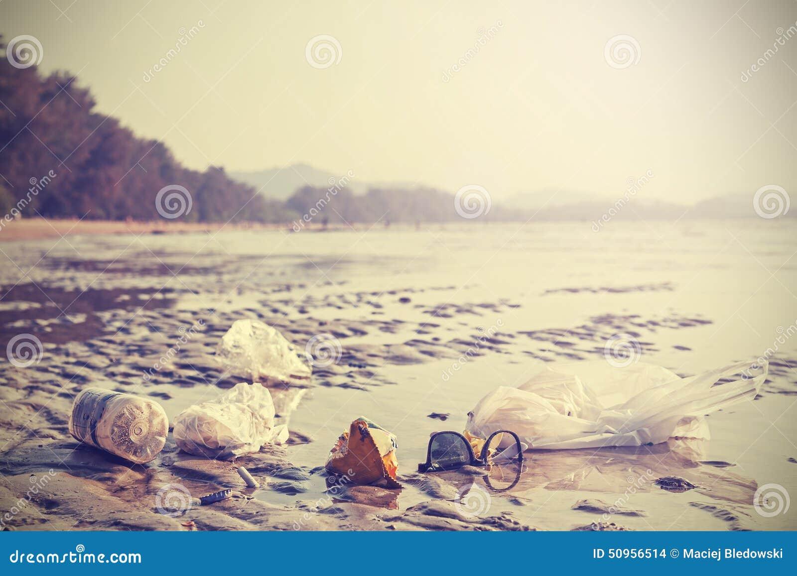 Retro- stilisiertes Bild des Abfalls auf einem Strand