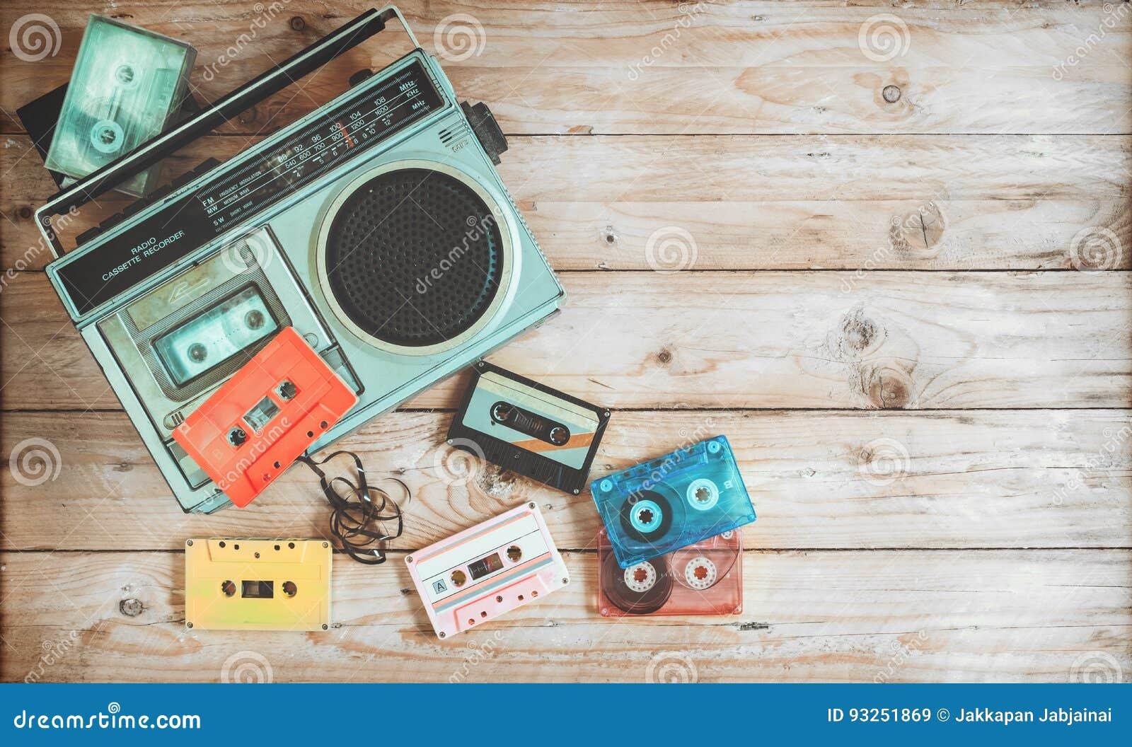 Retro- Technologie der Radiokassettenrecordermusik mit Retro- Kasette auf hölzerner Tabelle