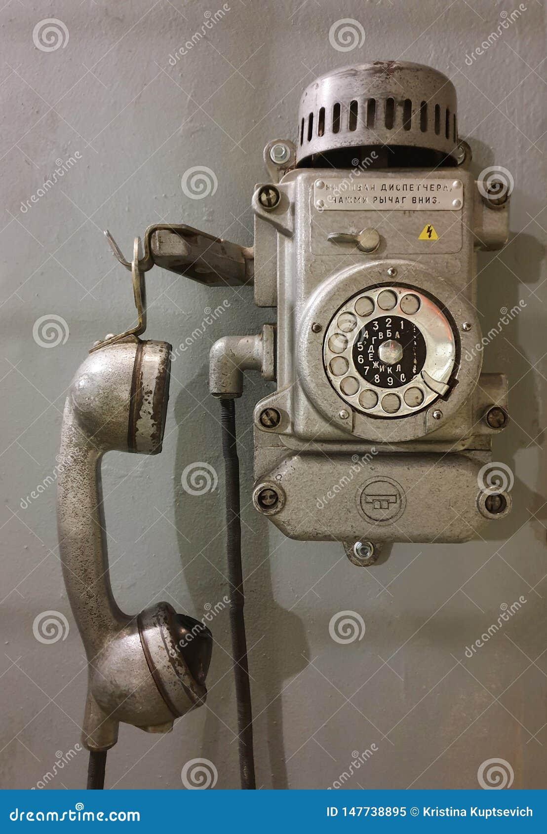 Retro- Telefon der alten Wand Retro- Kommunikation