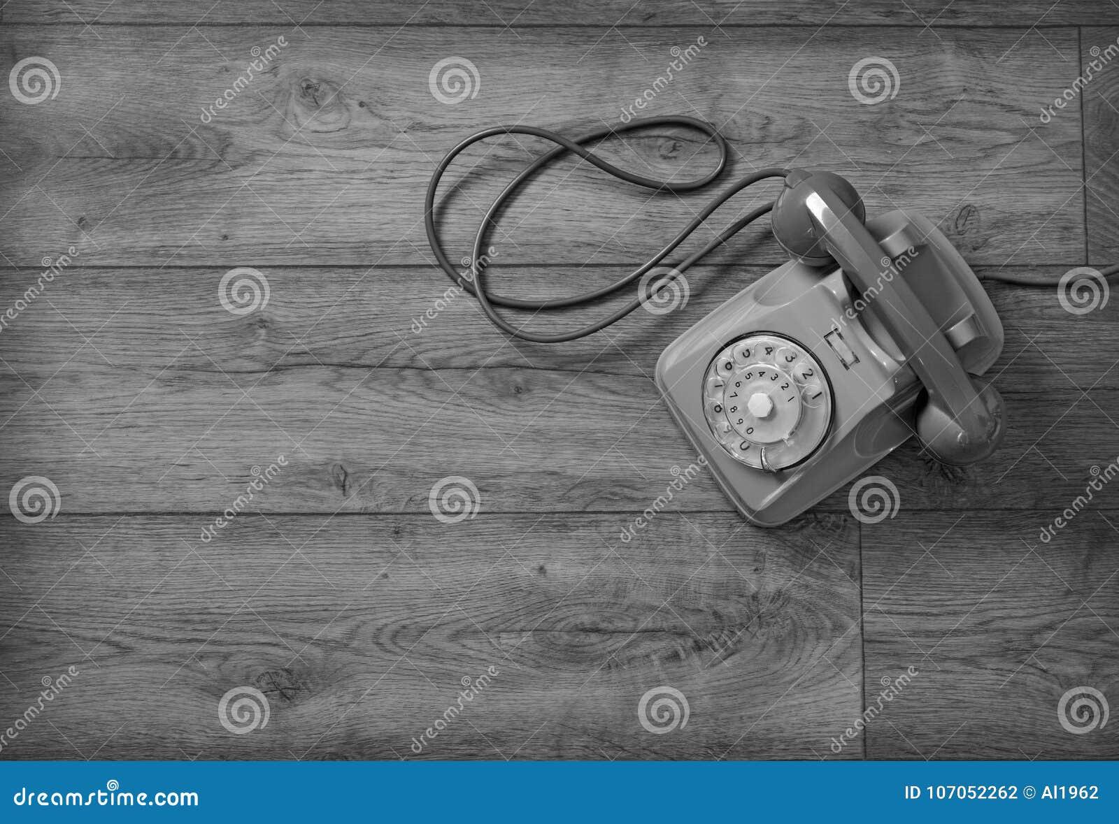 Retro- Telefon lokalisiert auf Holztisch