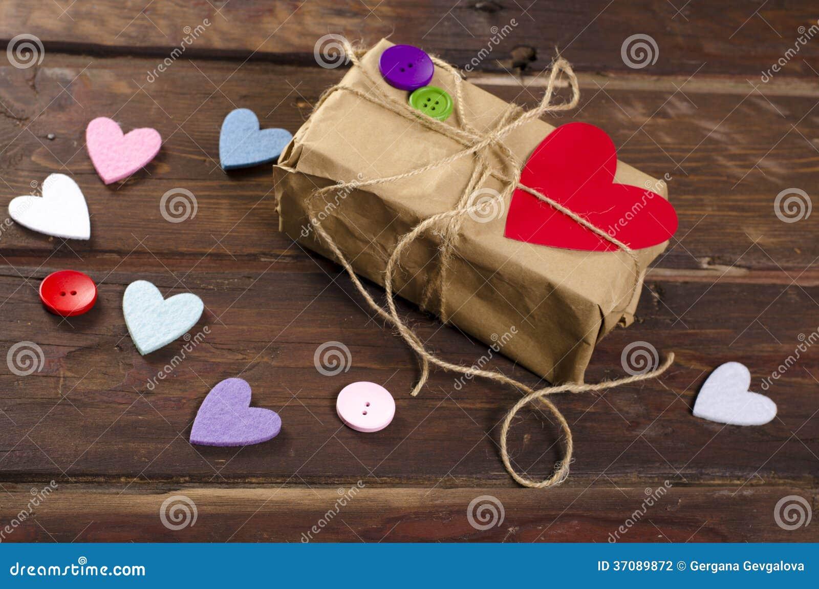 Download Retro Teraźniejszości Pudełko Z Czerwonym Sercem Zdjęcie Stock - Obraz złożonej z narządzanie, obdarzony: 37089872