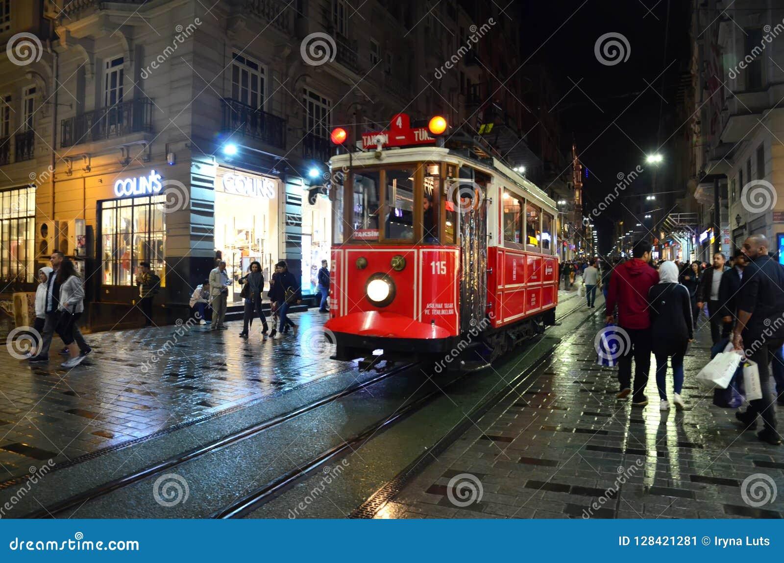 Retro tramwaj na Istiklal ulicie przy nocą Taksim historyczny okręg Sławna turystyczna linia