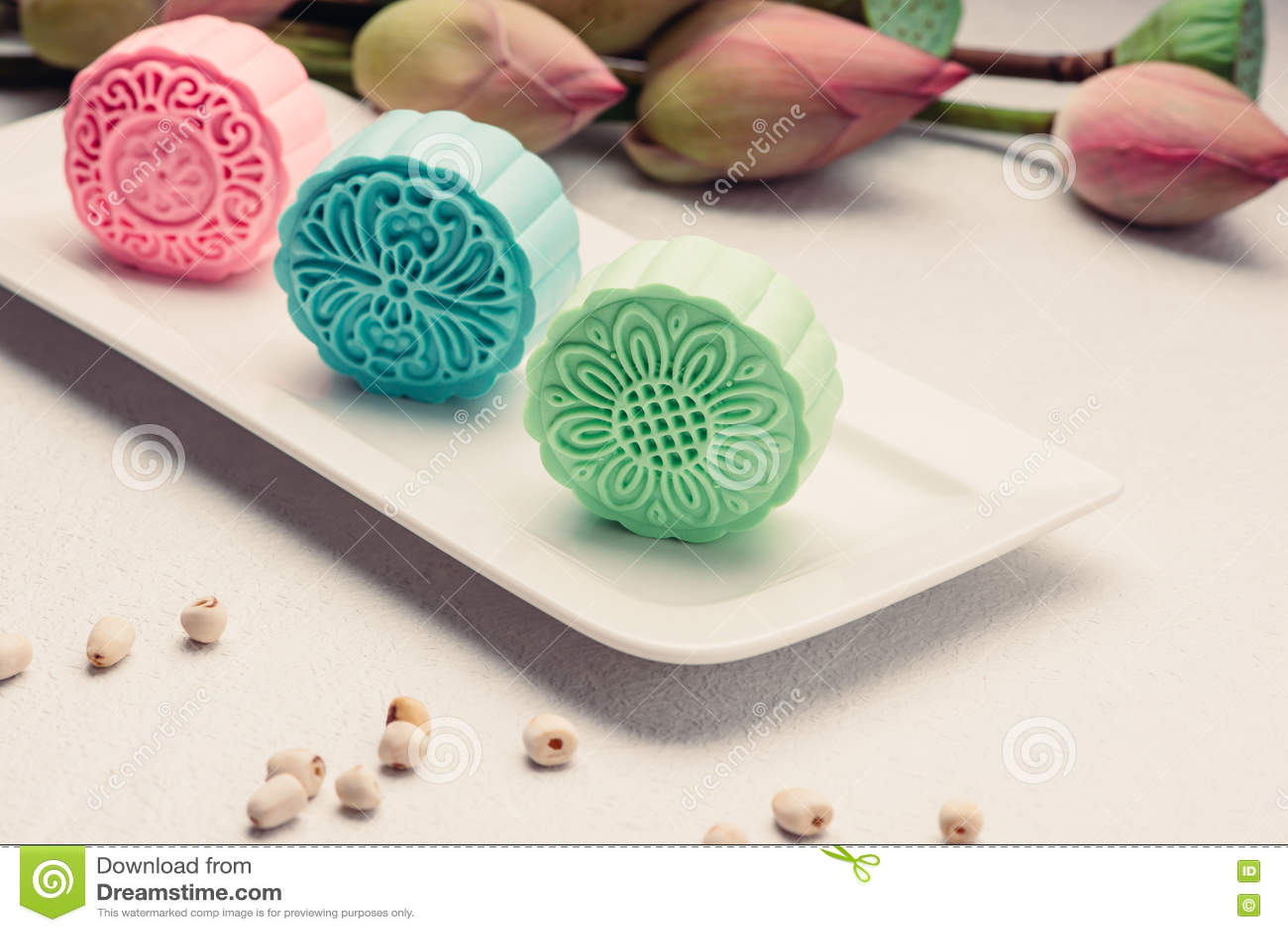 Retro uitstekend het festivalvoedsel van de stijl Chinees medio herfst Traditionele mooncakes die op lijst met theekopje plaatsen