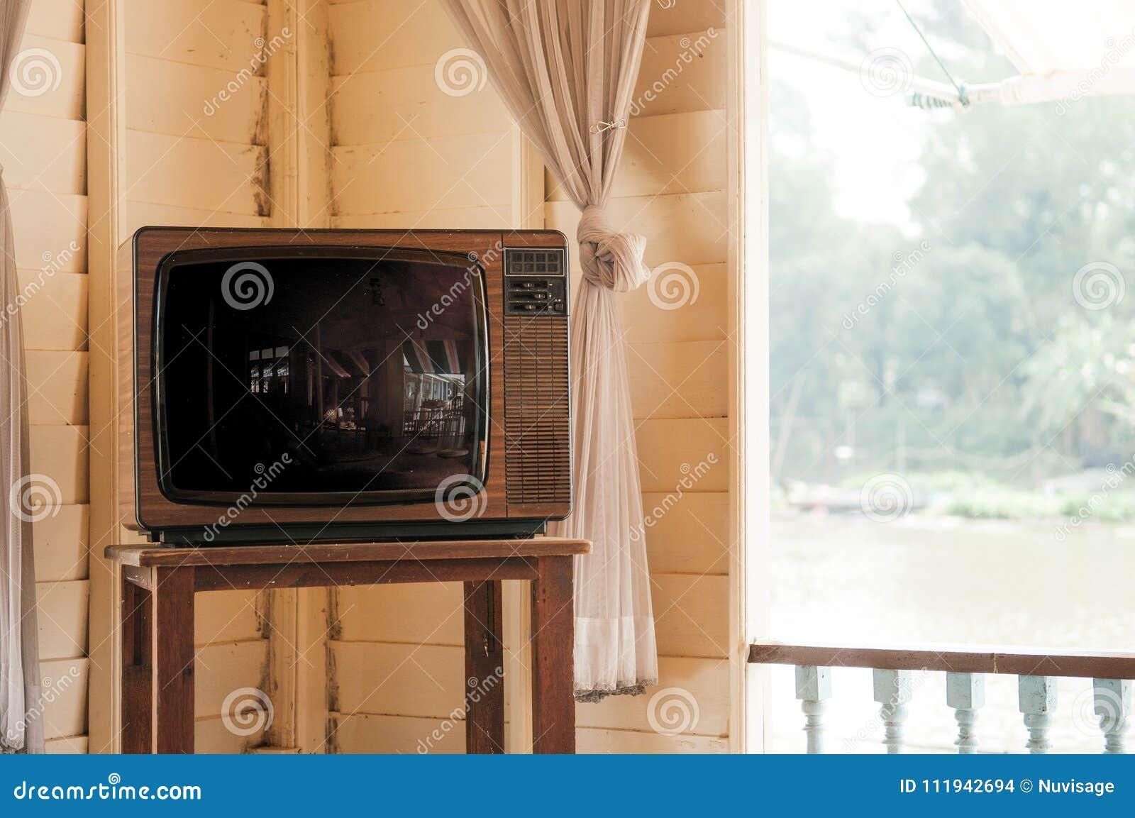 Retro uitstekende oude televisie van ontwerptv in woonkamer