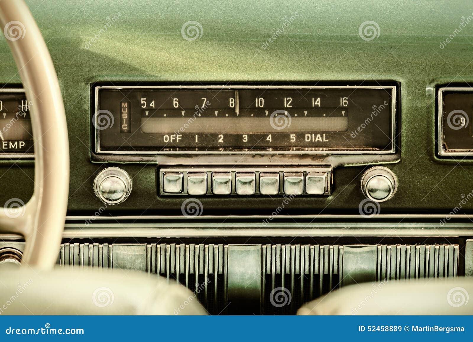 Retro utformad bild av en gammal bilradio