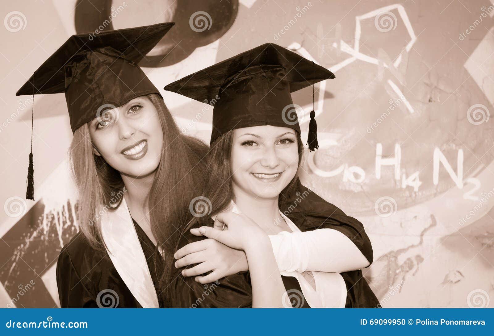Retro utformad stående av två lyckliga avlägga examen studenter Smil två
