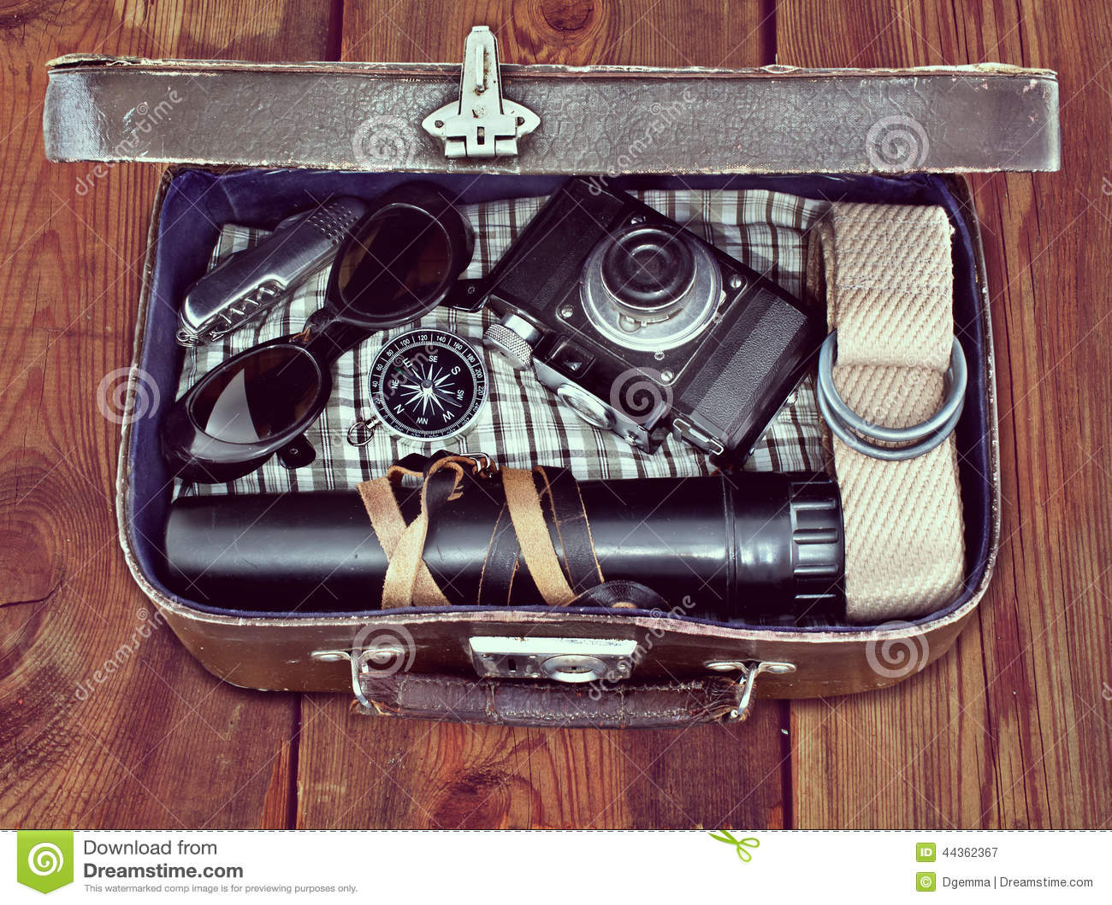 Retro valigia all aperto con le cose il viaggiatore