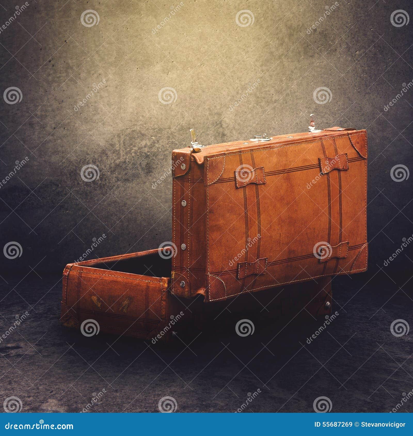 Retro valigia di cuoio d annata dei bagagli aperta