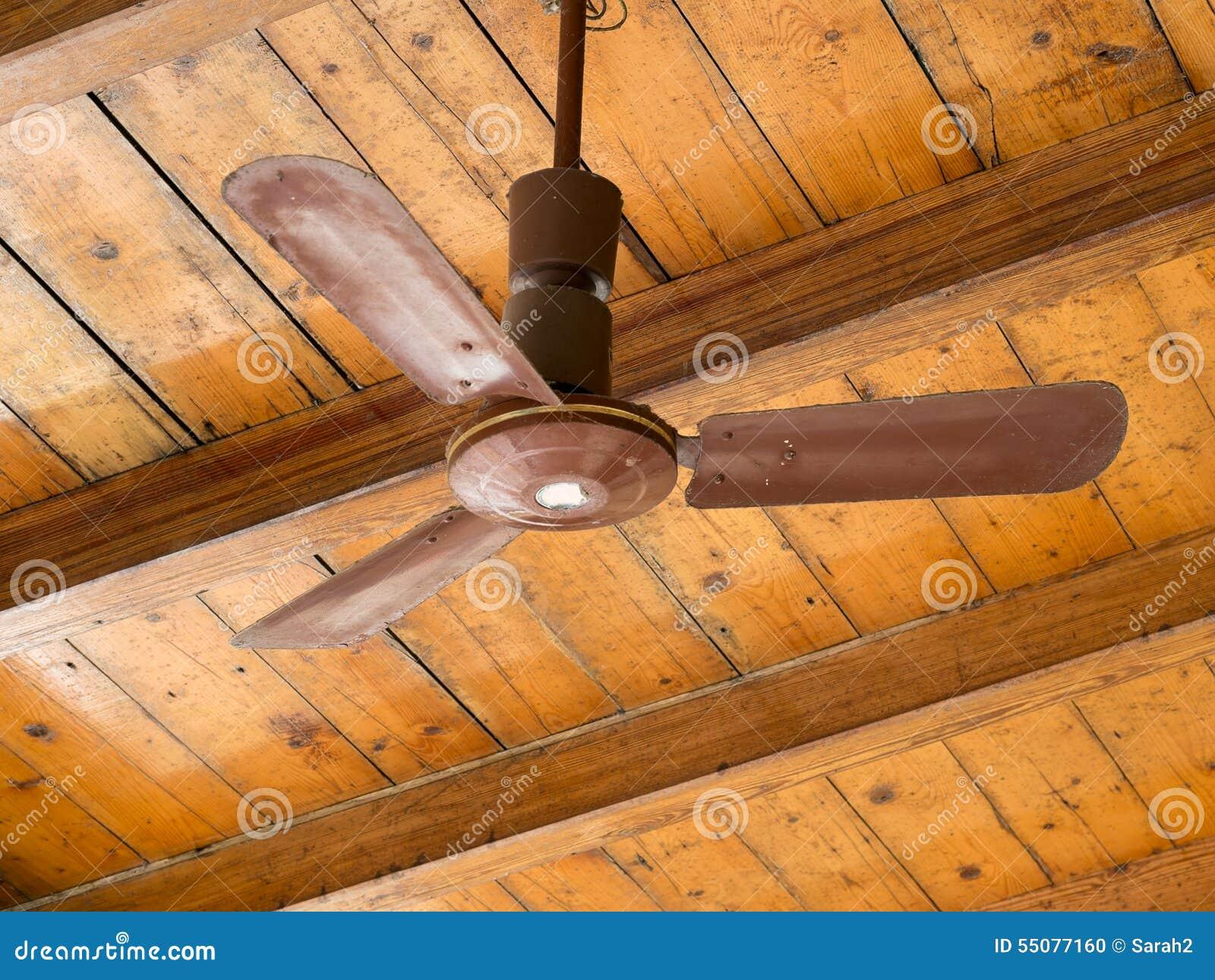 Retro vecchio ventilatore da soffitto marrone sul - Ventilatore da soffitto design ...