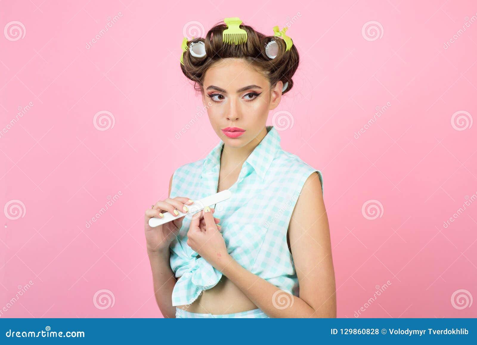 Retro vrouw met maniermake-up en haar het gelukkige meisje verzorgen in ochtend Schoonheidssalon en kapper Speld op Meisje