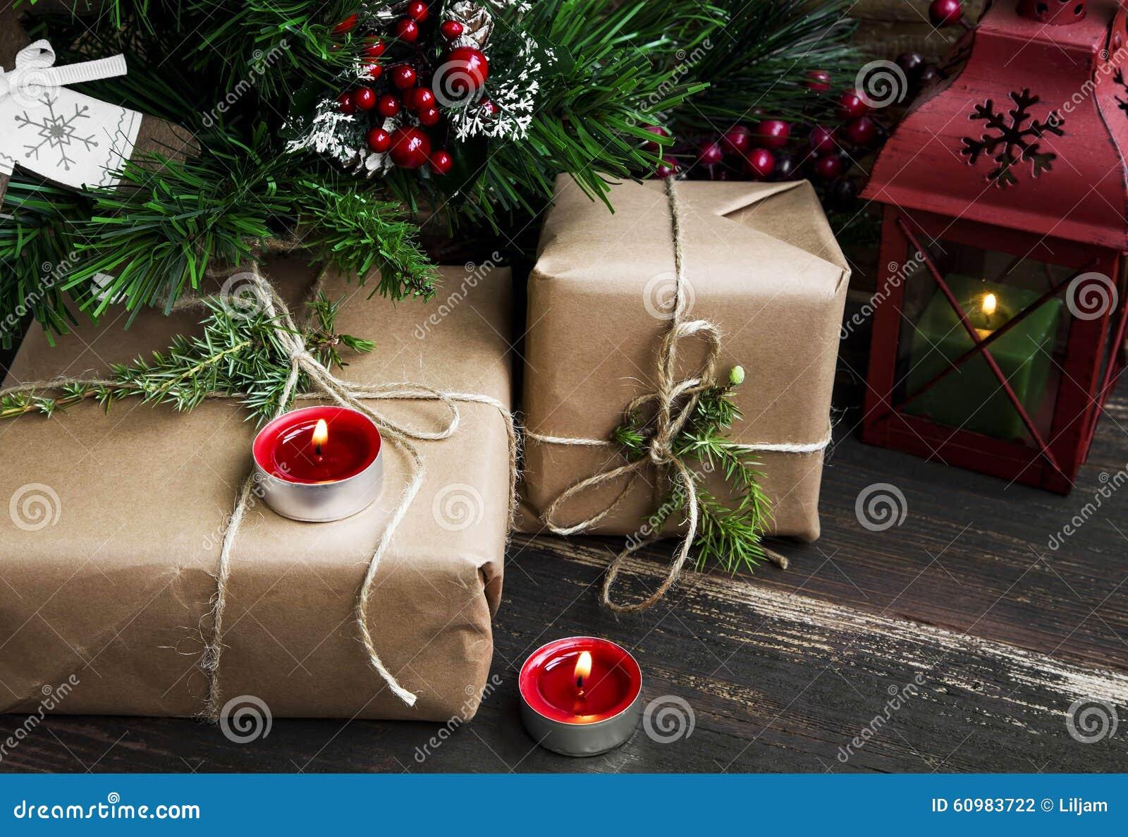 Retro- Weihnachtsgeschenke Unter Dem Weihnachtsbaum Mit Kerzen Und ...