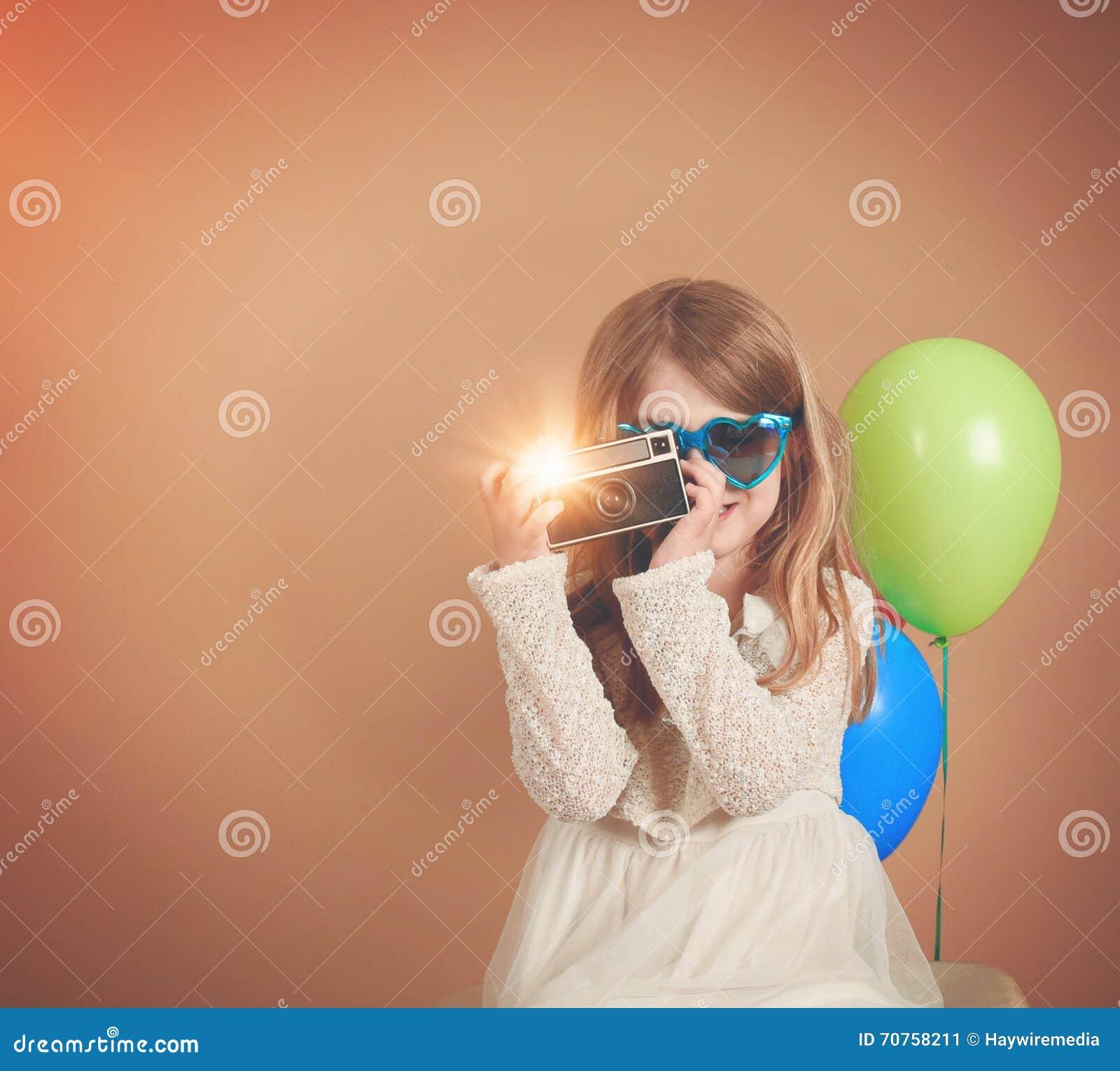 Retro- Weinlese-Kind, das Foto mit alter Kamera macht