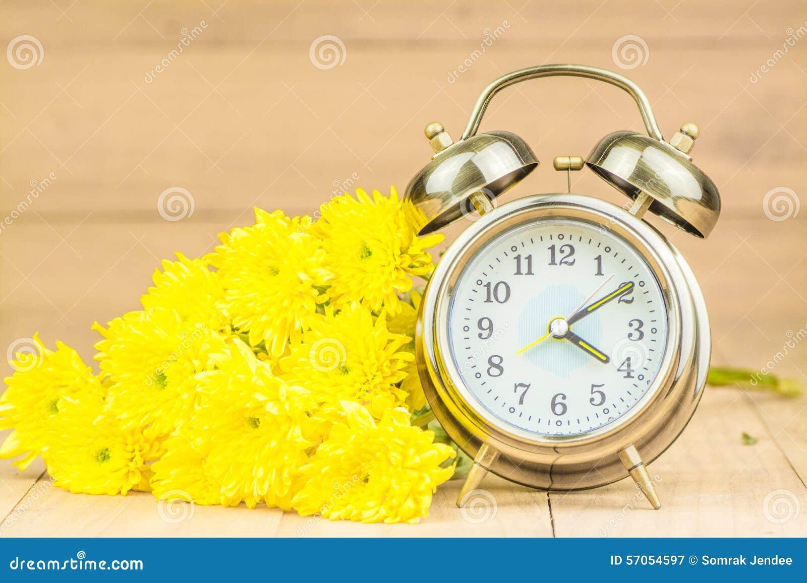 Retro wekker en bloemen