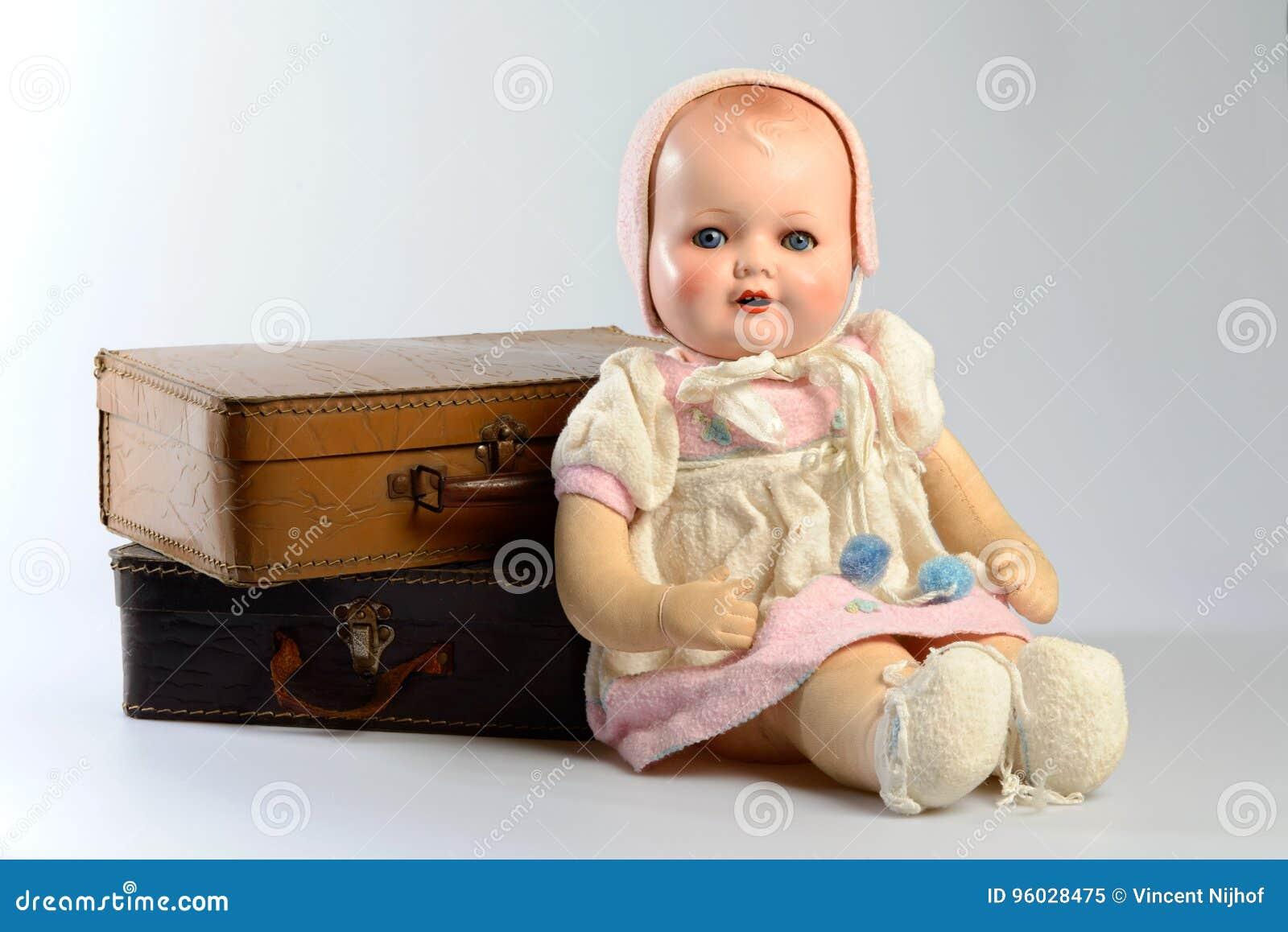 Retro zabawki, rocznik lala i stare walizki,