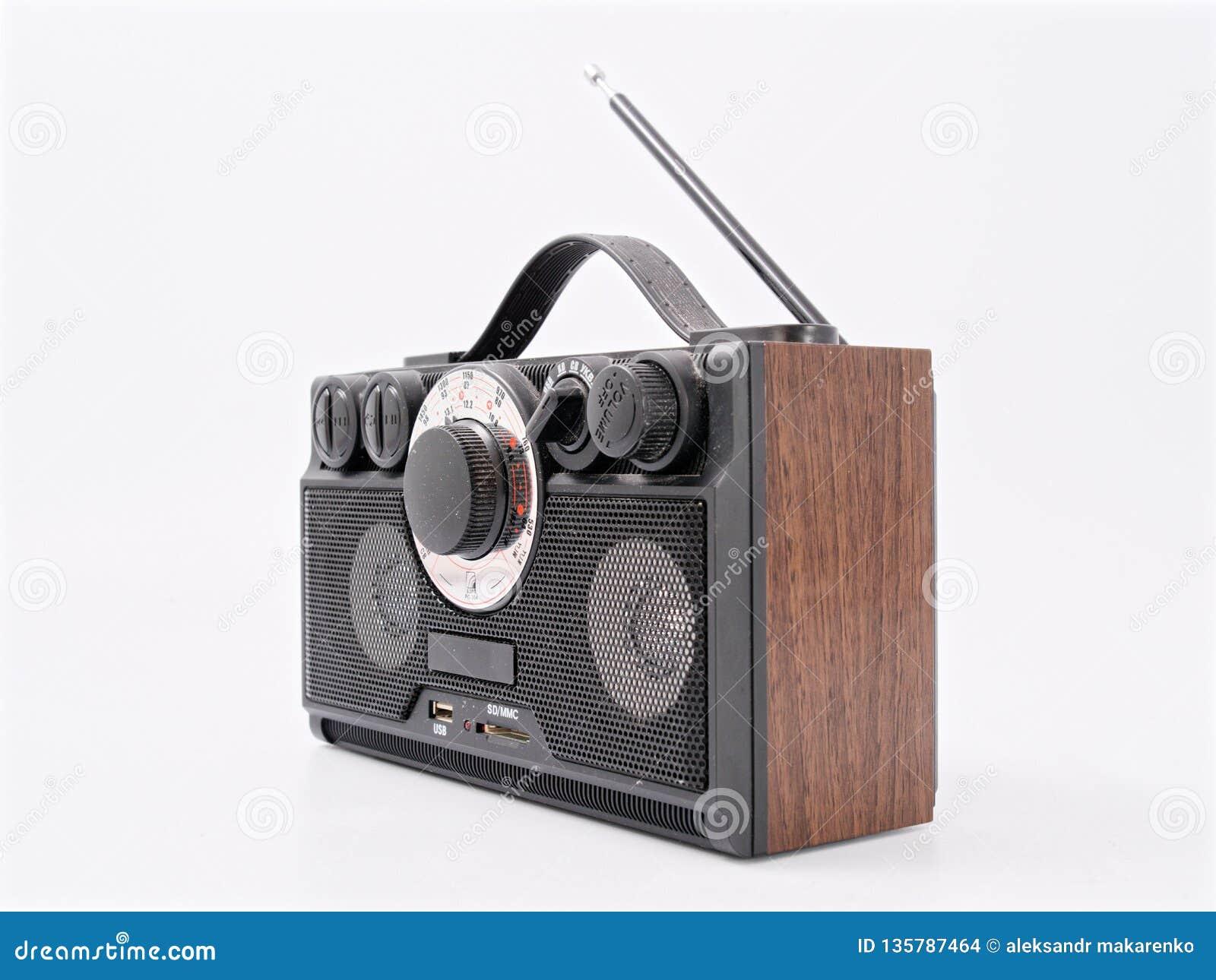Retro zwarte radioontvanger met antenne en sprekers