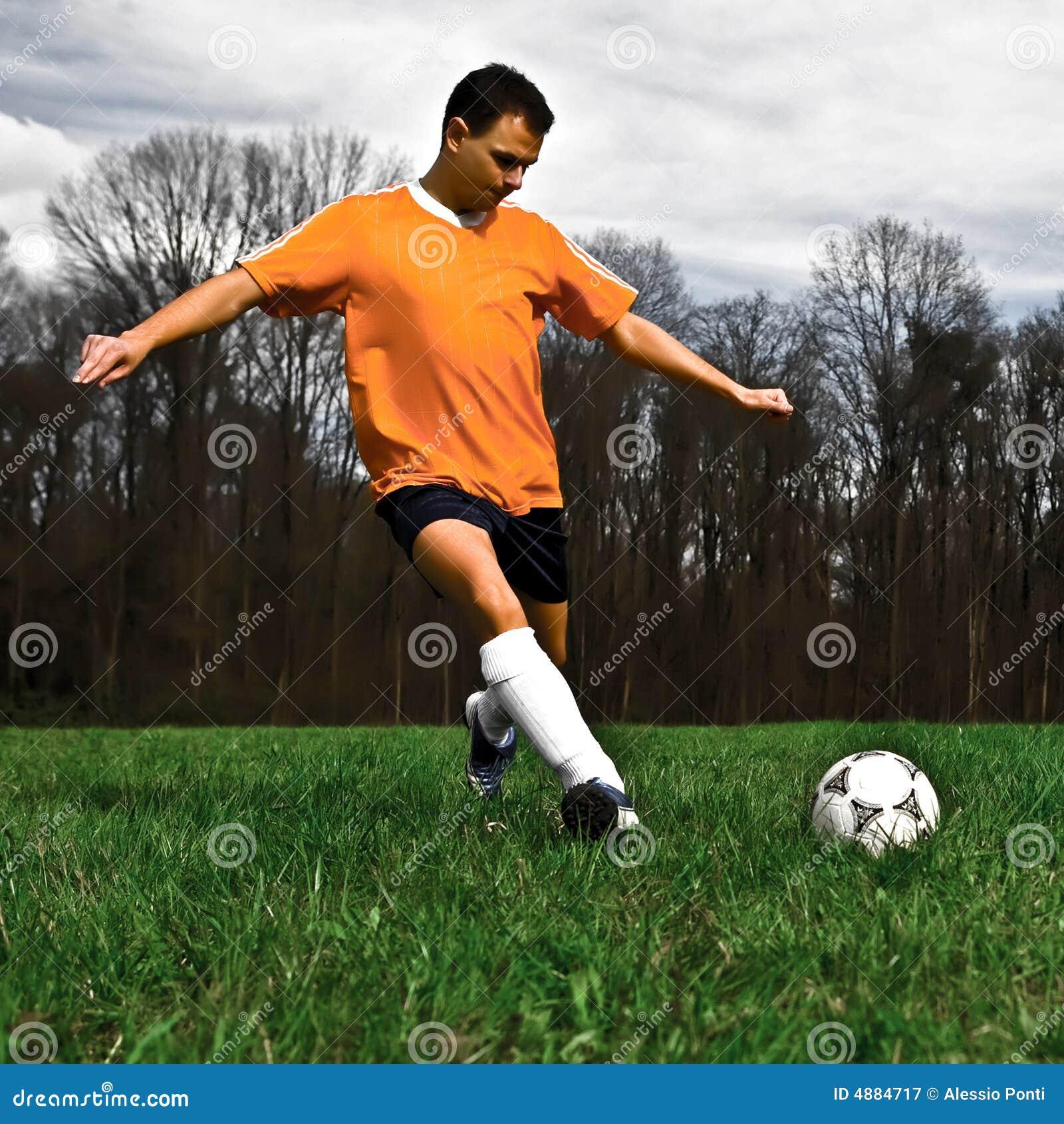 Retroceso con el pie del jugador de fútbol