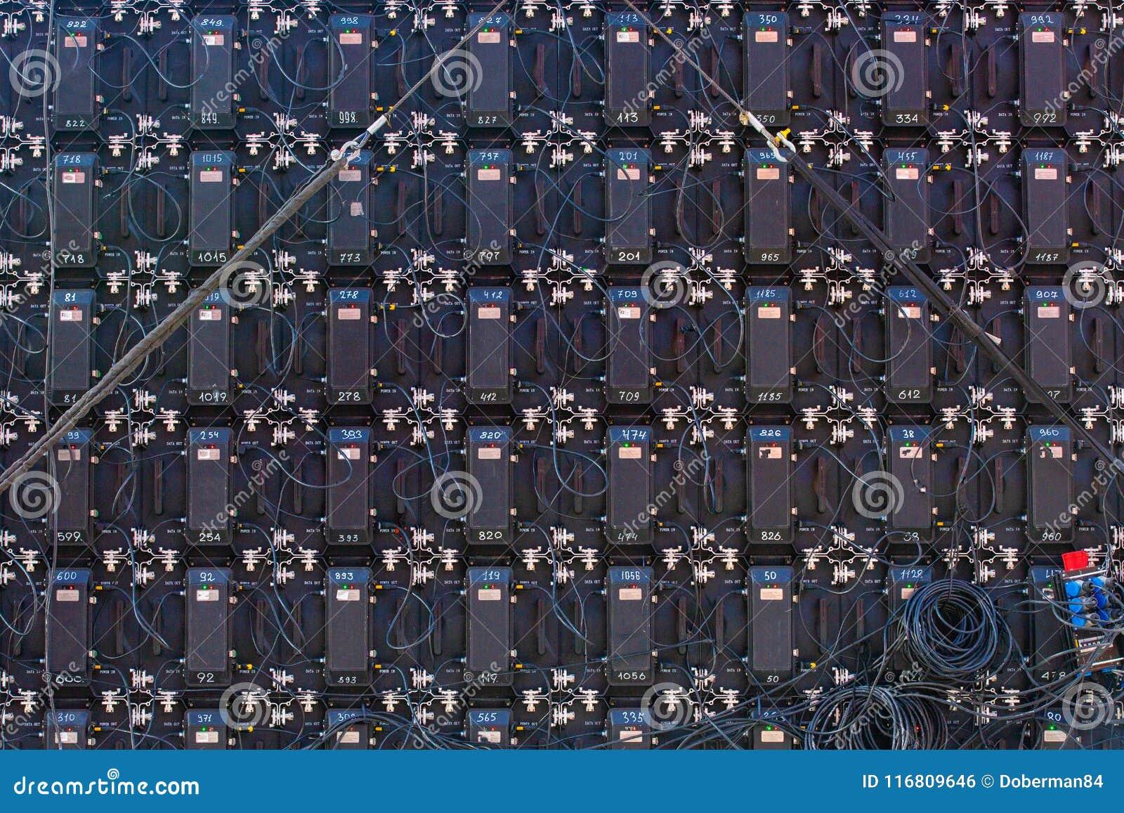 Retrovisione della parte di grandi pannelli dell esposizione LED del monitor dello schermo