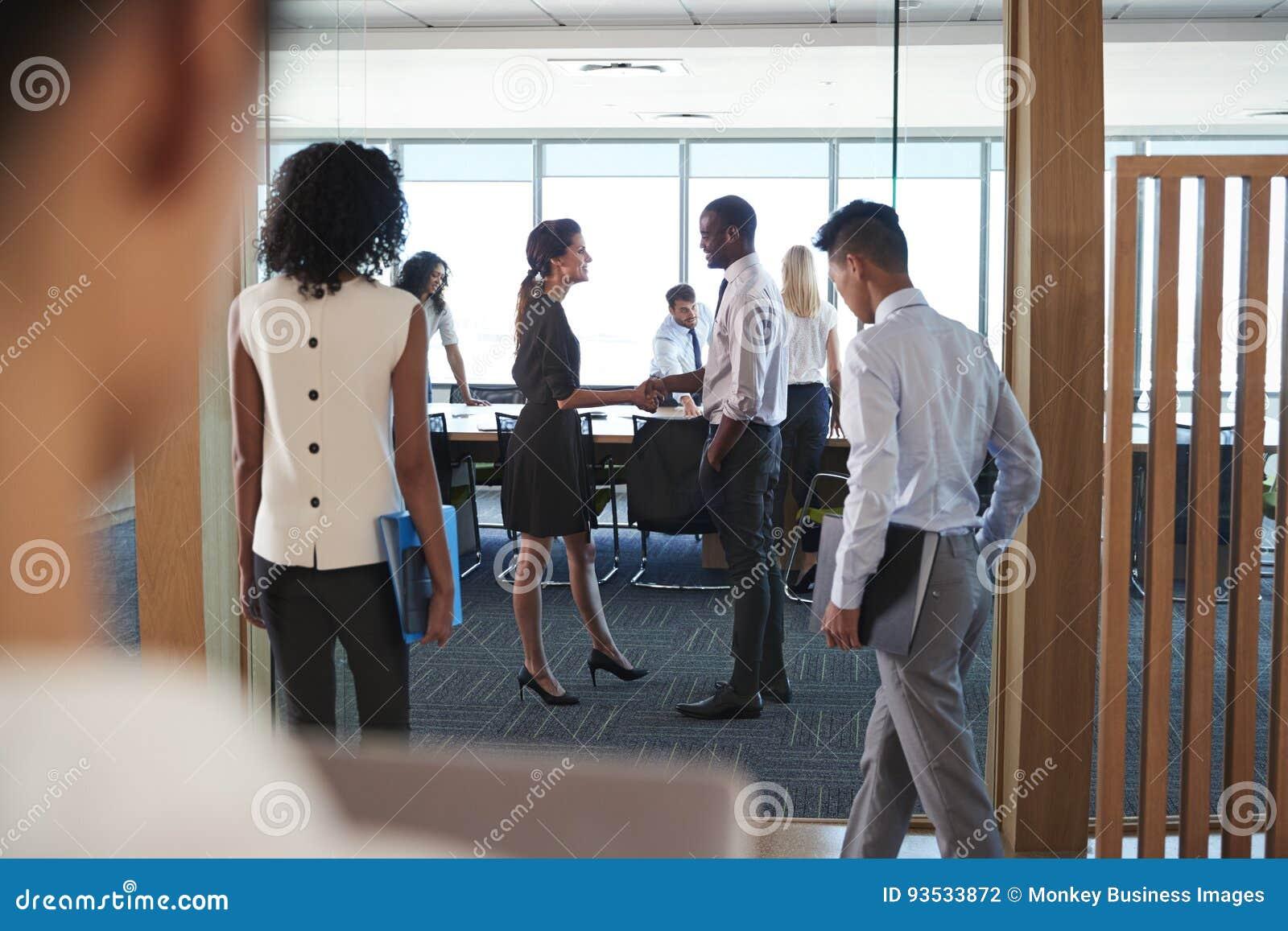 Retrovisione delle persone di affari che entrano in sala del consiglio per incontrarsi