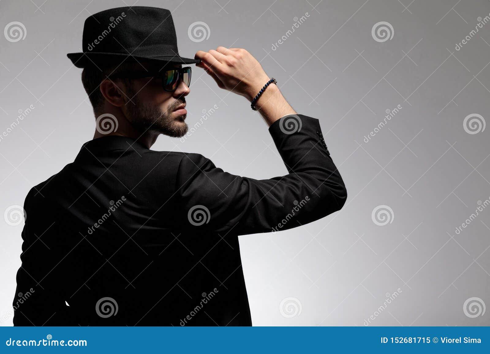 Retrovisione di un uomo casuale misterioso che regola il suo cappuccio