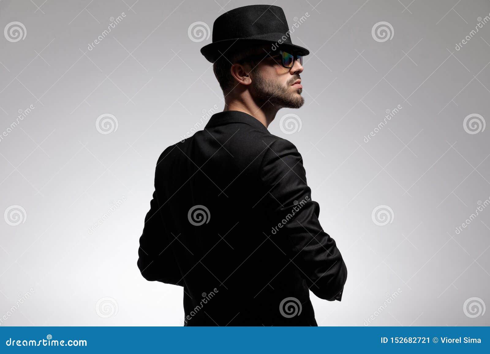 Retrovisione di un uomo misterioso che guarda al lato