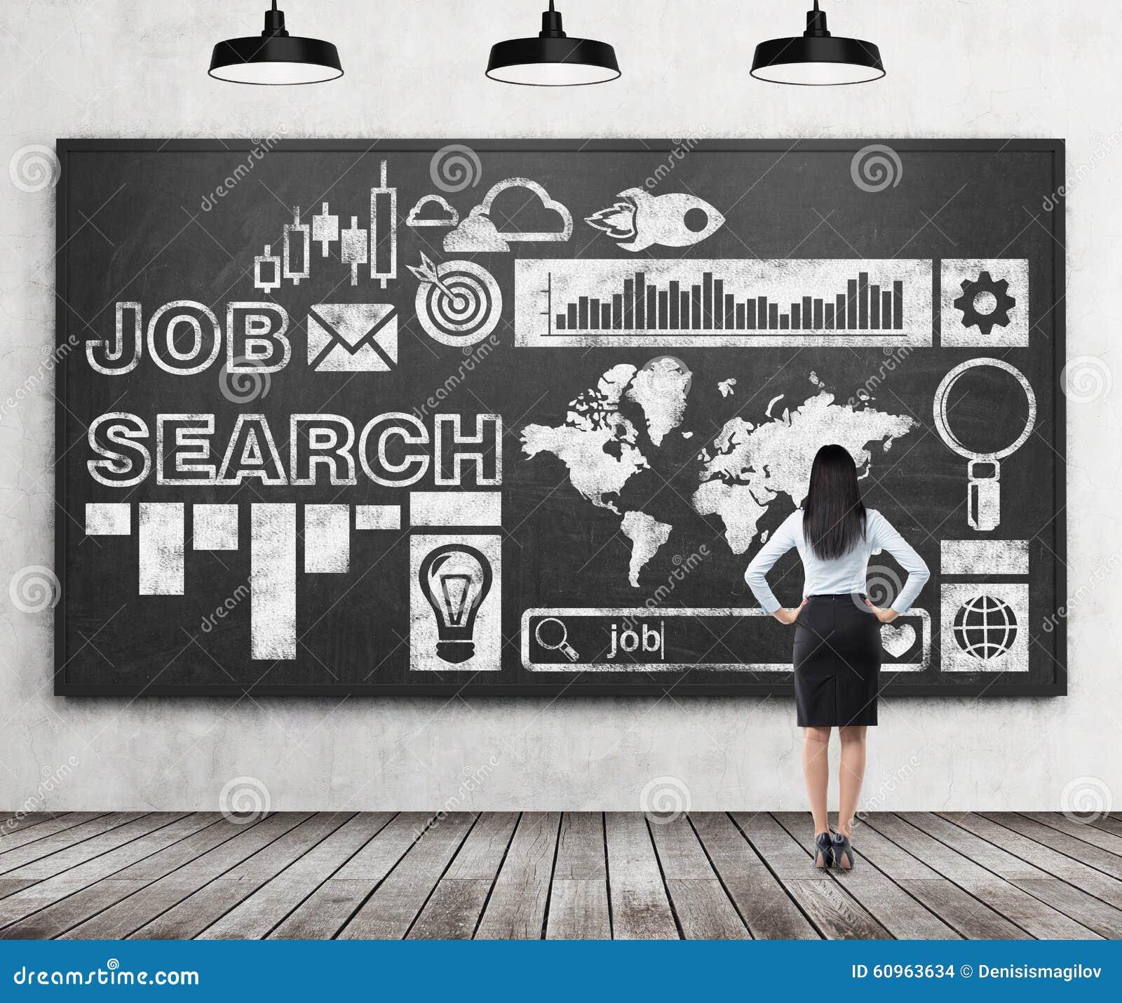 Retrovisione di una signora in vestiti convenzionali che sta esaminando il bordo di gesso nero enorme con le icone tirate circa i