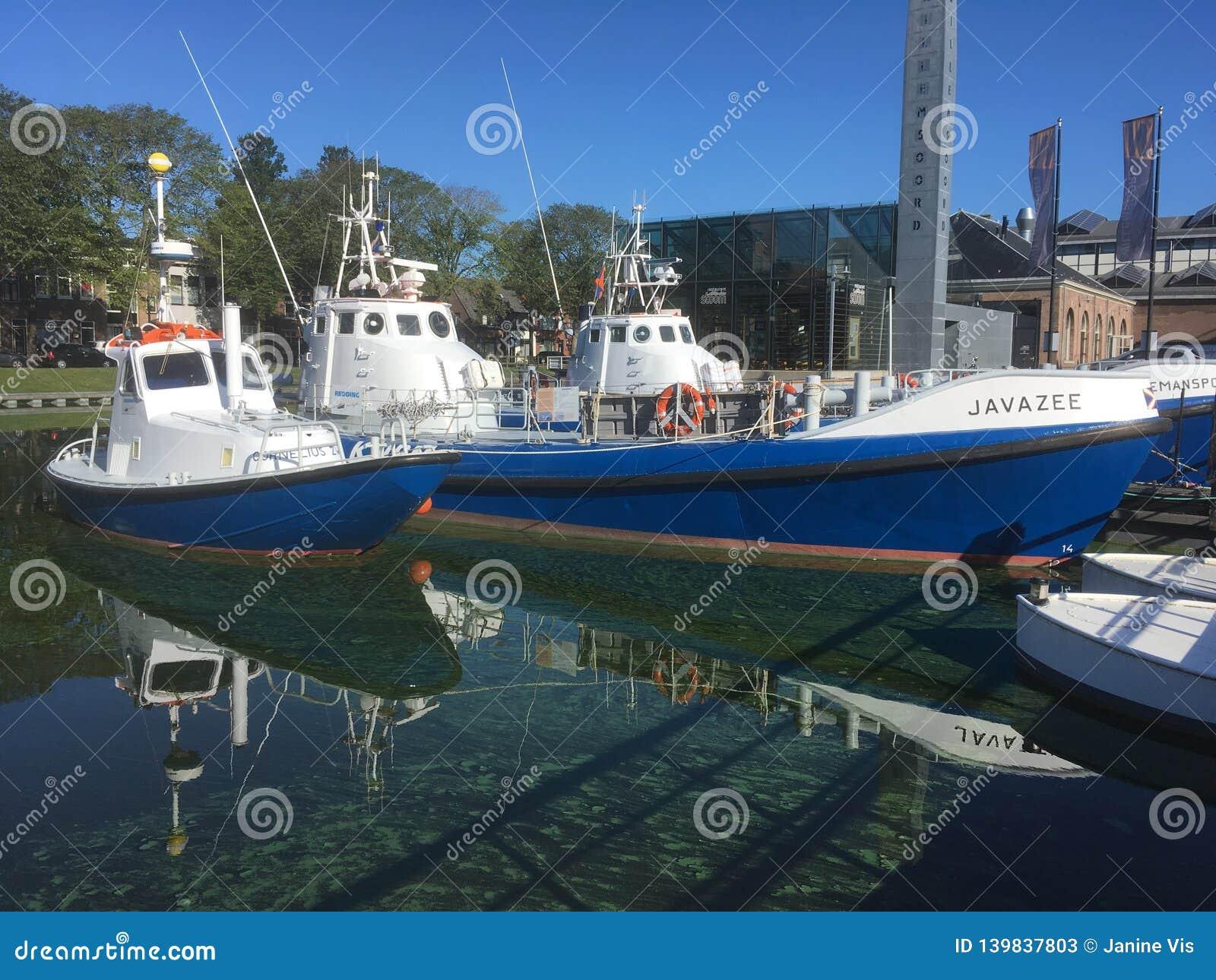 Rettungsboote, refelect im Wasser