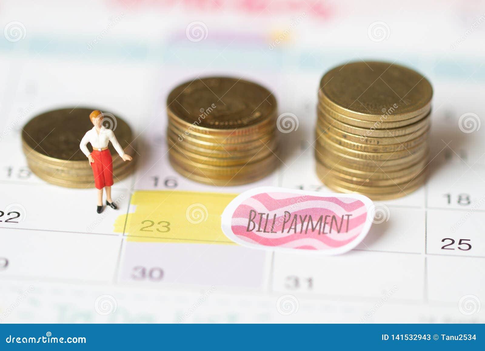 Rettungsgeld für Rechnungszahlungskonzept Feiertagsgeld-Einsparungenskonzept Münzen- und Rechnungszahlung Sammeln des Geldes im M