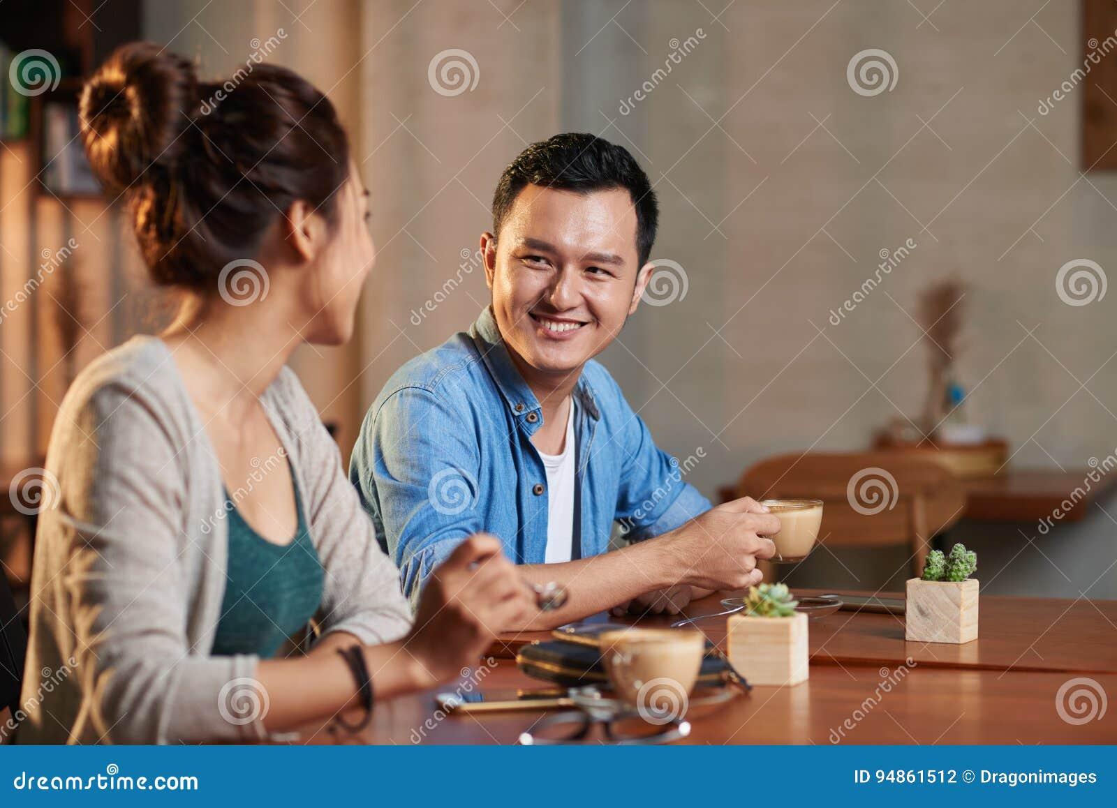 Reunião asiática dos pares no café