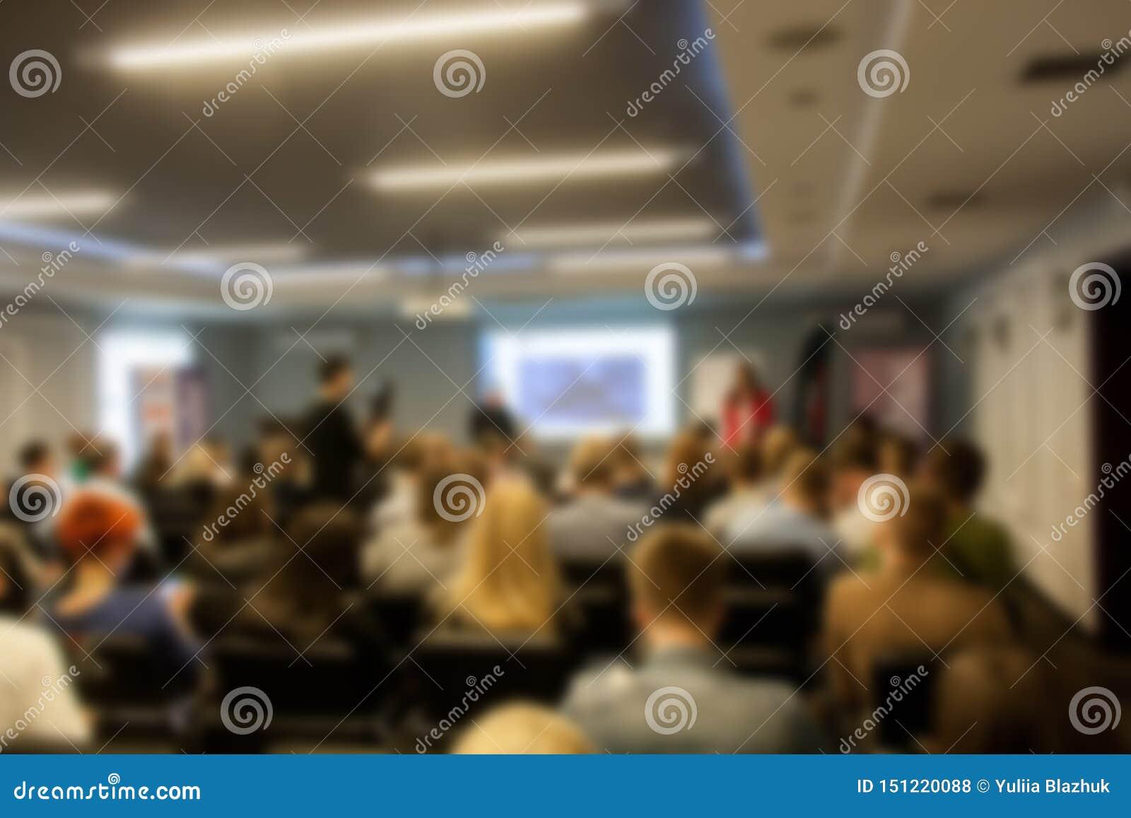 Reunião borrada do seminário do negócio na sala de conferências Povos Defocused