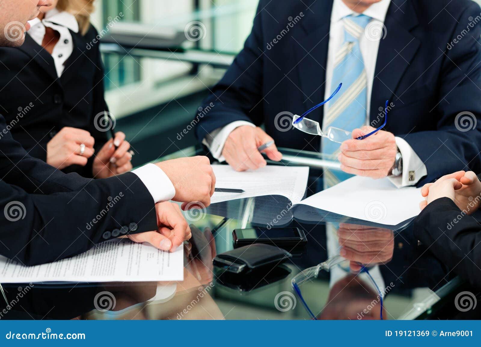 Reunião de negócio com trabalho no contrato