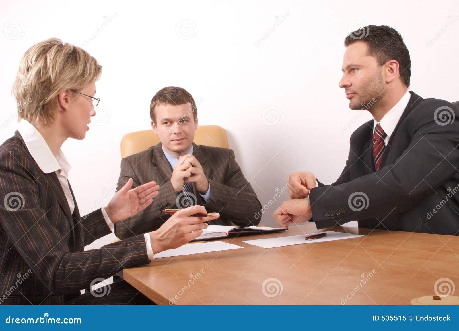 Reunião de negócio de 3 pessoas