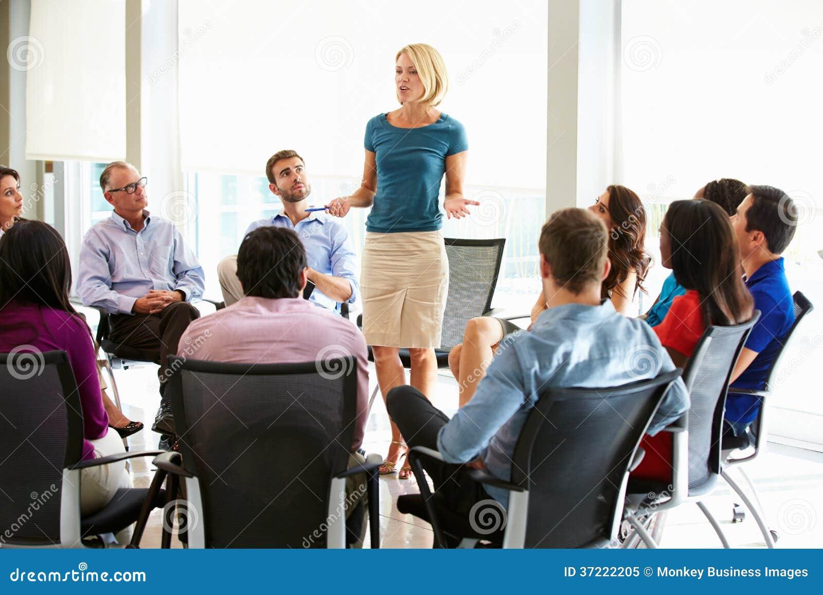 Reunião do pessoal de Addressing Multi-Cultural Office da mulher de negócios