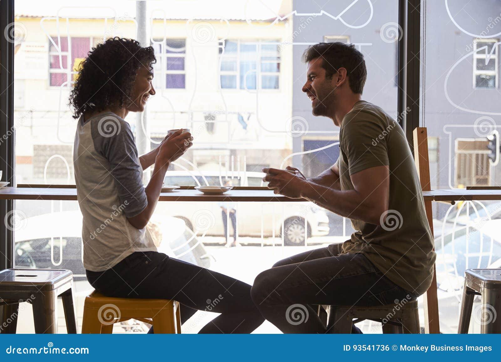 Reunião dos pares para a data na cafetaria