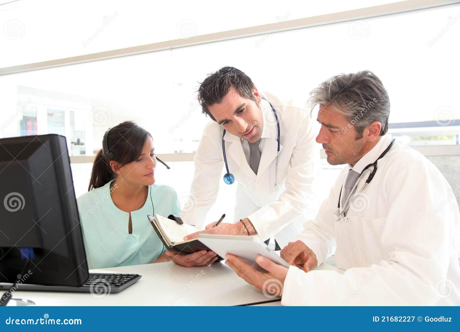 Reunião médica dos povos no escritório do hospital