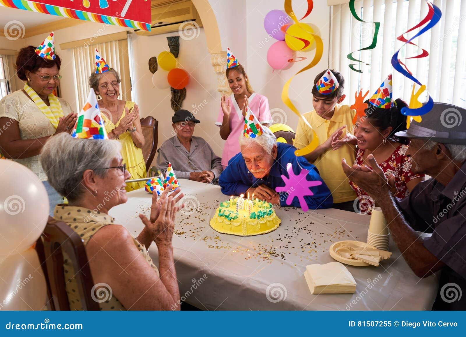 Reuni n de familia para la celebraci n de la fiesta de - Fiesta de cumpleanos en casa para ninos ...