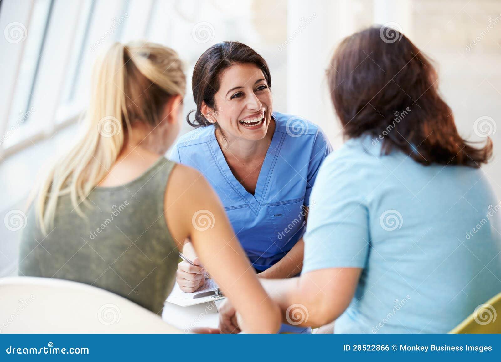 Reunión de la enfermera con el adolescente y la madre