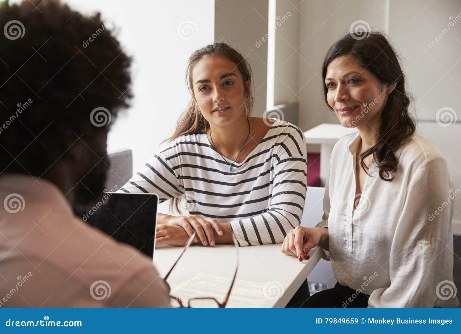 Reunión de la madre y de la hija con el profesor de sexo masculino