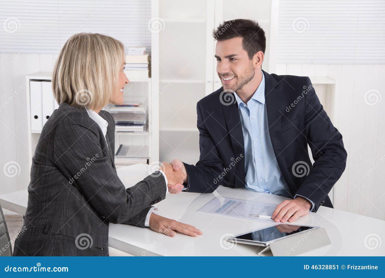 Reunión de negocios acertada con el apretón de manos: cliente y cliente