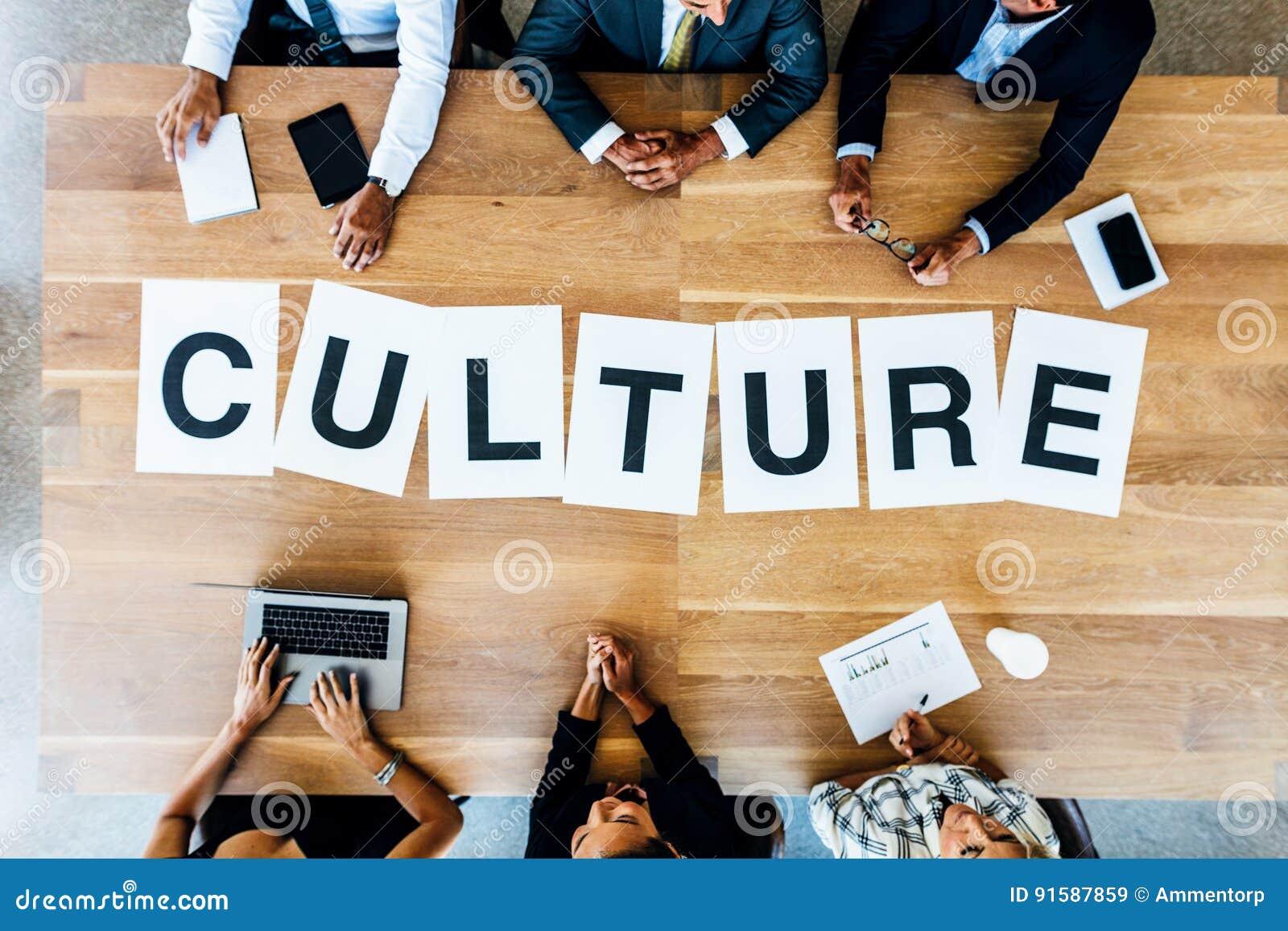 Reunión de negocios con la cultura de la palabra en la tabla