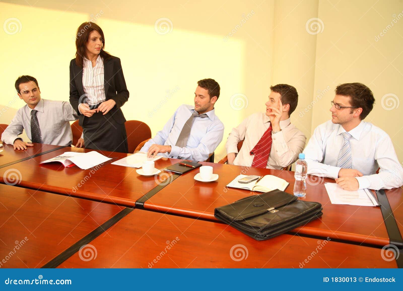 Reunión de negocios informal - discurso de la protuberancia de la mujer